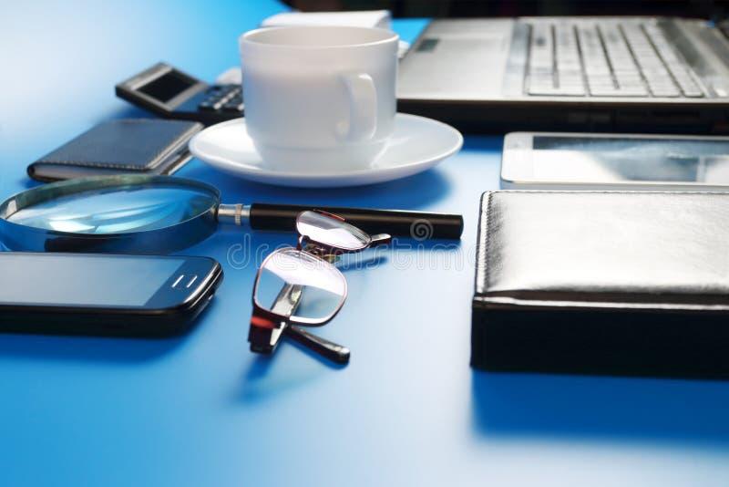 Tablet PC, ordenador portátil, teléfono móvil, vidrios y taza fotografía de archivo