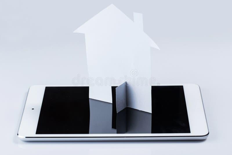Tablet-PC- und -papierhaus stockbild