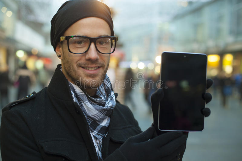 Tablet pc urbano do holdin do homem na rua imagens de stock
