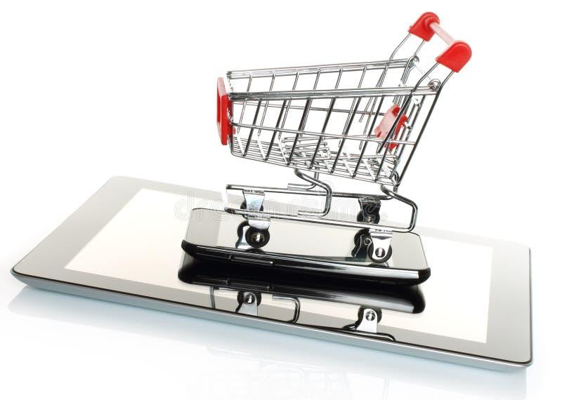 Tablet PC y teléfono elegante con el carro de la compra imagen de archivo libre de regalías