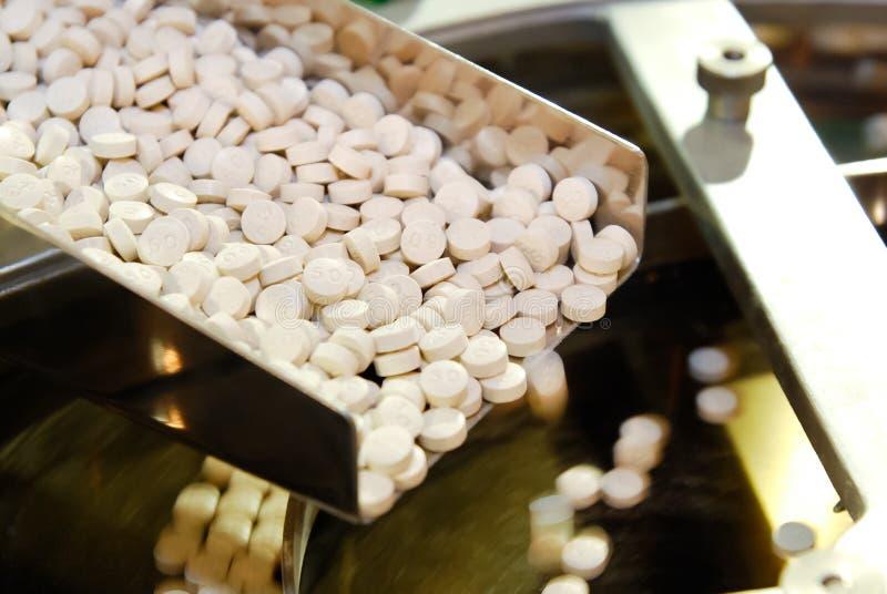 Tablet pillproduktionen i stängerna royaltyfri bild