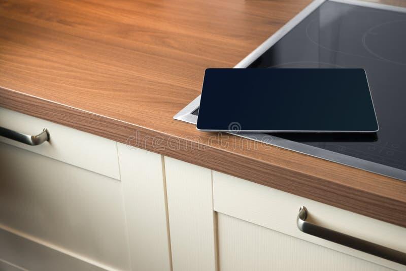 Tablet in slimme huiskeuken stock afbeelding