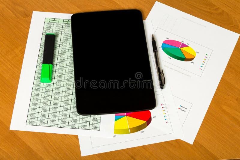 Tablet, Stift, Markierung, Blätter Papier Konto und Diagramme auf deskt lizenzfreie stockfotografie