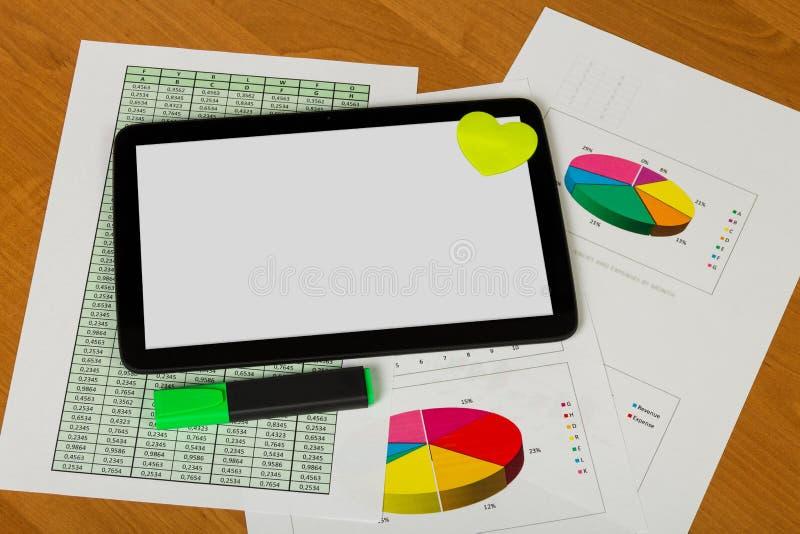 Tablet und Herz, Markierung, Blätter Papier Konto und Diagramme an stockfotos