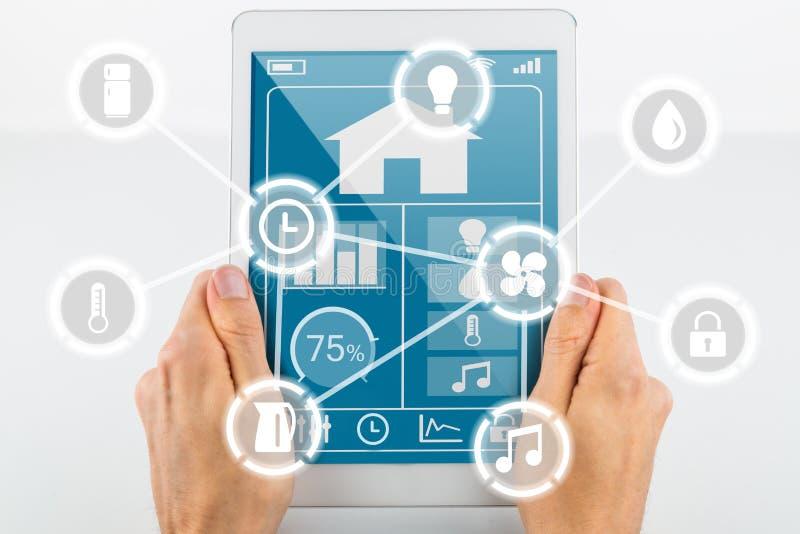 Tablet voor slim huis met pictogrammen royalty-vrije stock fotografie