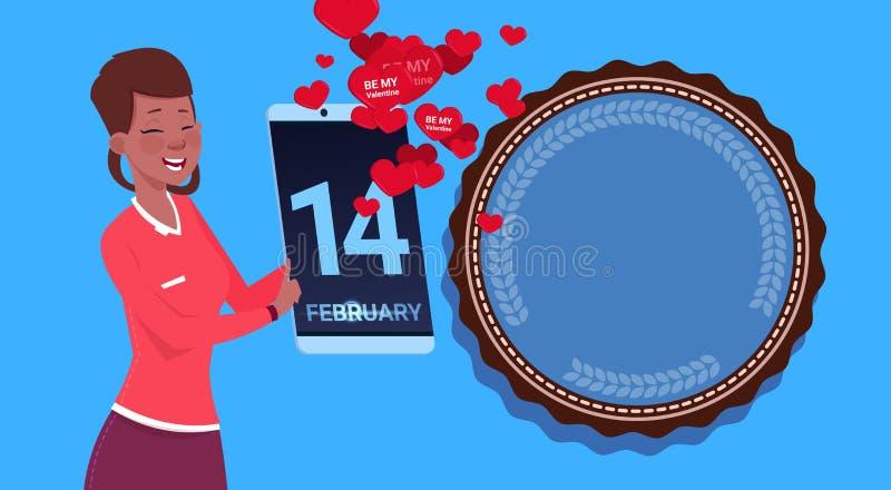 Tableta afroamericana de Digitaces del control de la muchacha que envía el día de tarjetas del día de San Valentín feliz Congradu libre illustration