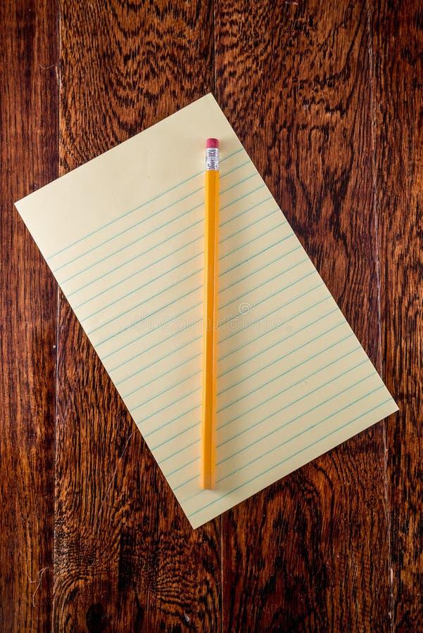 Tableta amarilla en el escritorio fotografía de archivo libre de regalías
