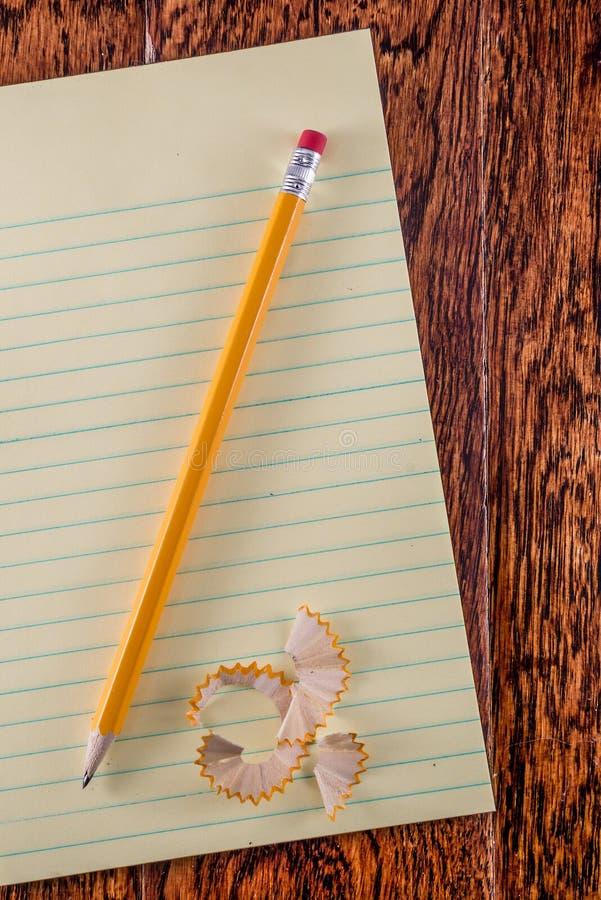 Tableta amarilla en el escritorio foto de archivo