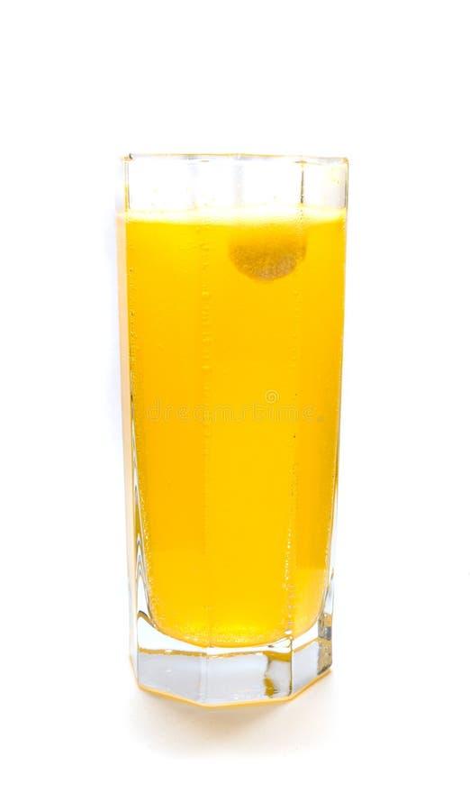 Tableta anaranjada efervescente en el vidrio de agua foto de archivo