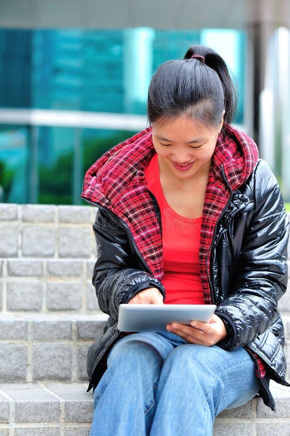 Tableta asiática del uso de la mujer foto de archivo libre de regalías