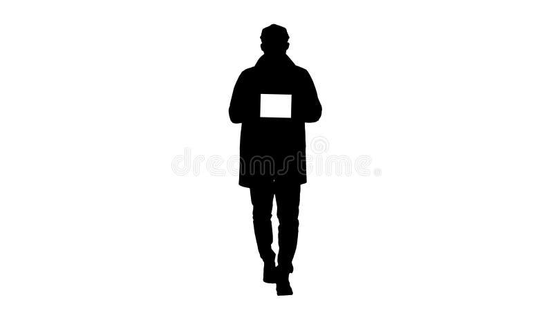 Tableta atractiva de la tenencia del hombre de la silueta con la maqueta dominante blanca de la pantalla imagen de archivo libre de regalías