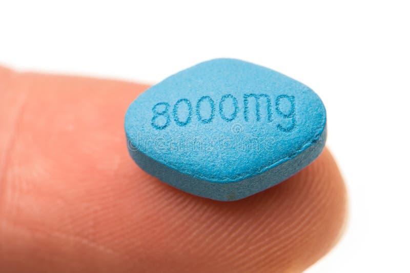 Tableta azul en el extremo de un finger imagenes de archivo