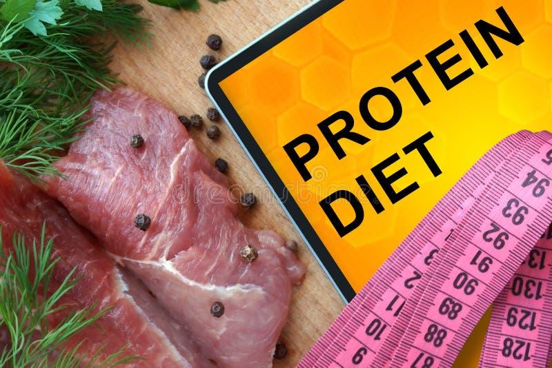 Tableta con dieta de la proteína y la carne fresca foto de archivo