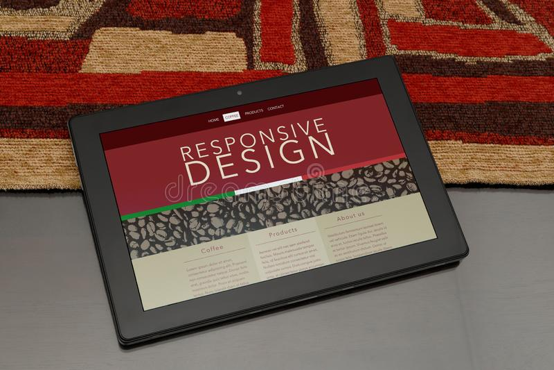 Tableta con el sitio web responsivo del tema del café fotos de archivo libres de regalías