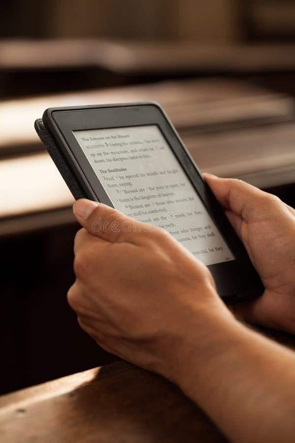Tableta con el texto de la biblia imagen de archivo libre de regalías