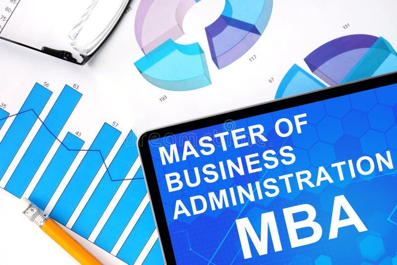 Tableta con la palabra MBA - master en administración de empresas y gráficos libre illustration