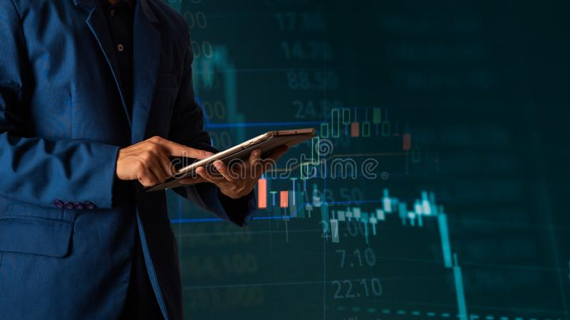 Tableta conmovedora del finger del hombre de negocios con el gr?fico de beneficio de las finanzas y de las actividades bancarias imagenes de archivo