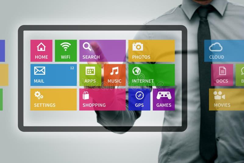 Tableta de Digitaces con los iconos coloridos del app foto de archivo libre de regalías