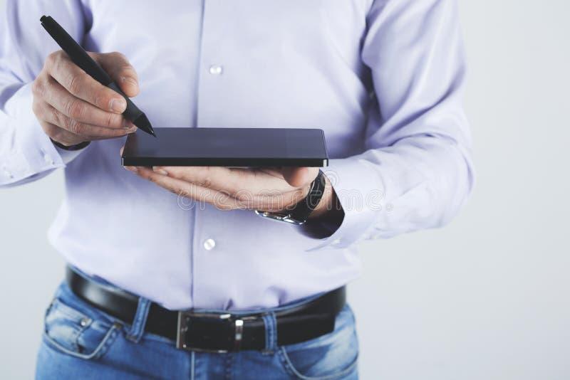 Tableta de la mano con la pluma fotos de archivo libres de regalías