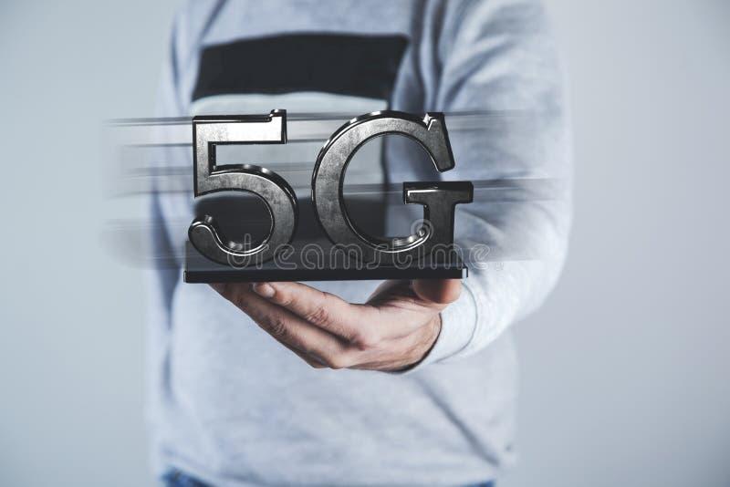 Tableta de la mano del hombre con 5G imagen de archivo libre de regalías