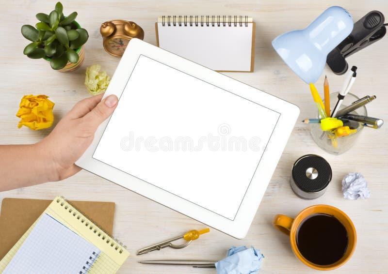Tableta de la pantalla en blanco sobre fondo del escritorio de oficina imágenes de archivo libres de regalías