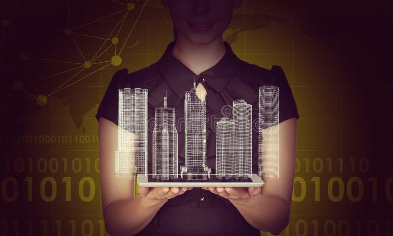 Tableta de la tenencia de Businesslady y modelo de la ciudad 3d imágenes de archivo libres de regalías