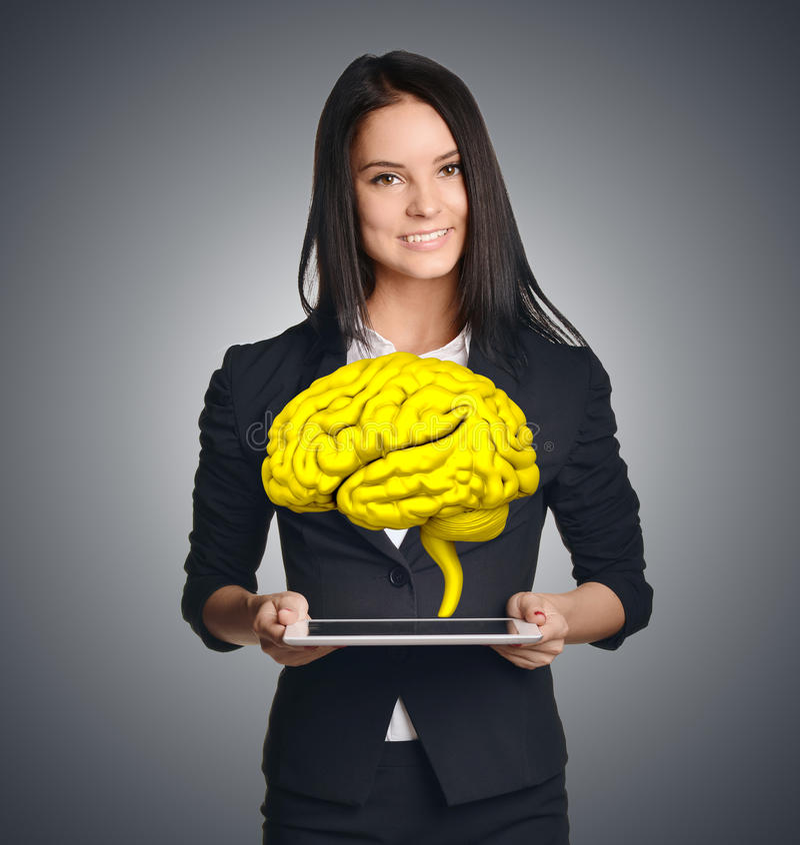 Tableta de la tenencia de la empresaria con el cerebro Simboliza ideas frescas del negocio imagen de archivo libre de regalías