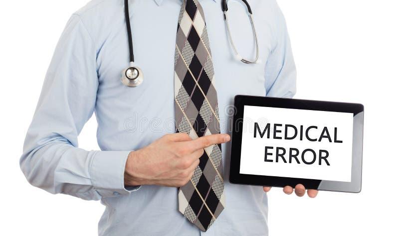 Tableta de la tenencia del doctor - error médico fotografía de archivo