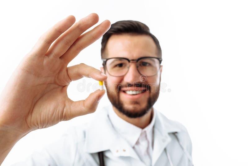 Tableta de la tenencia del doctor de la mano, primer, fondo blanco, para el adve imagen de archivo libre de regalías