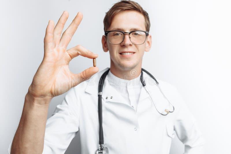 Tableta de la tenencia del doctor de la mano, primer, fondo blanco, para hacer publicidad, inserción del texto fotos de archivo libres de regalías