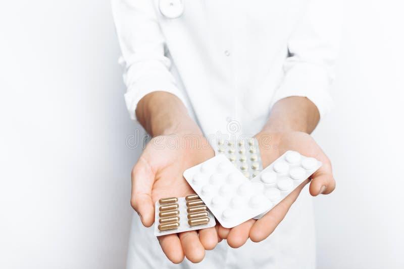 Tableta de la tenencia del doctor de la mano, primer, fondo blanco, para hacer publicidad, inserción del texto imagen de archivo libre de regalías