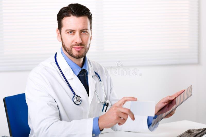 Tableta de la tenencia del doctor y la caja de medicina fotografía de archivo