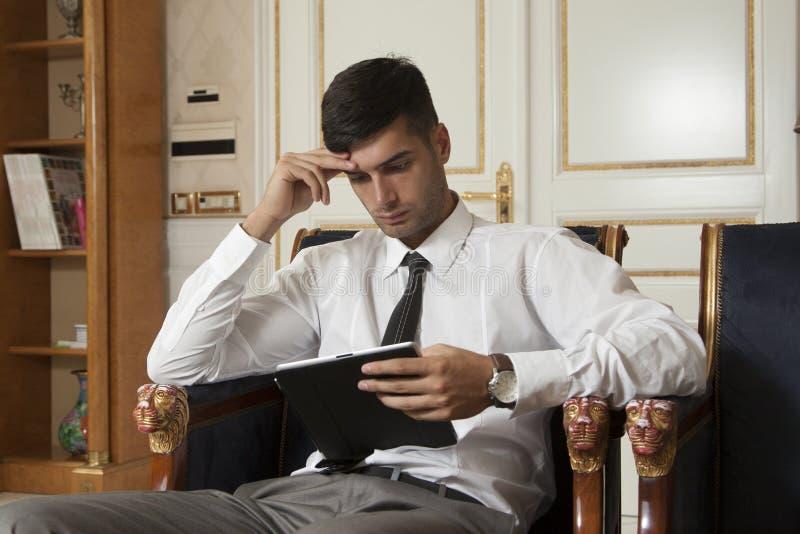 Tableta de la tenencia del hombre de negocios imagen de archivo