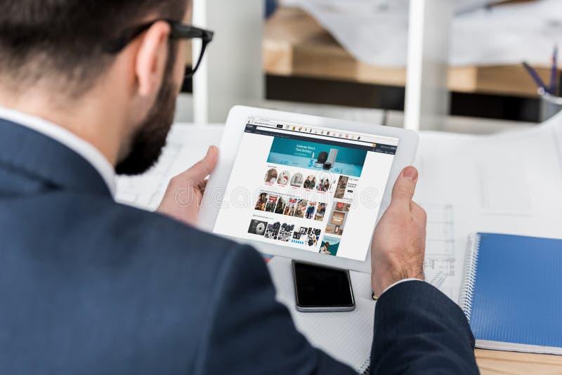 tableta de la tenencia del hombre de negocios con cargado fotos de archivo libres de regalías
