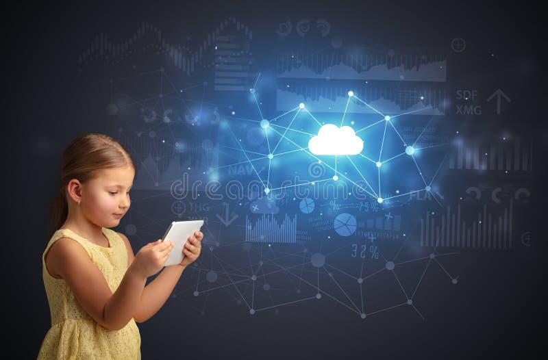 Tableta de la tenencia de la muchacha con concepto de la tecnolog?a de la nube imagenes de archivo