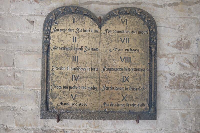 Tableta de los diez mandamientos fotos de archivo