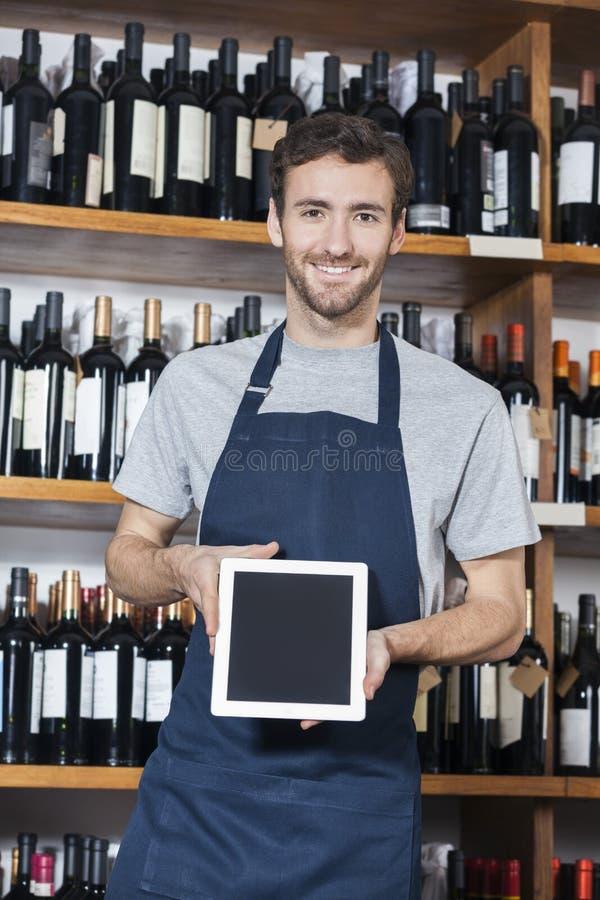 Tableta de Showing Blank Digital del vendedor en tienda de vino imagenes de archivo
