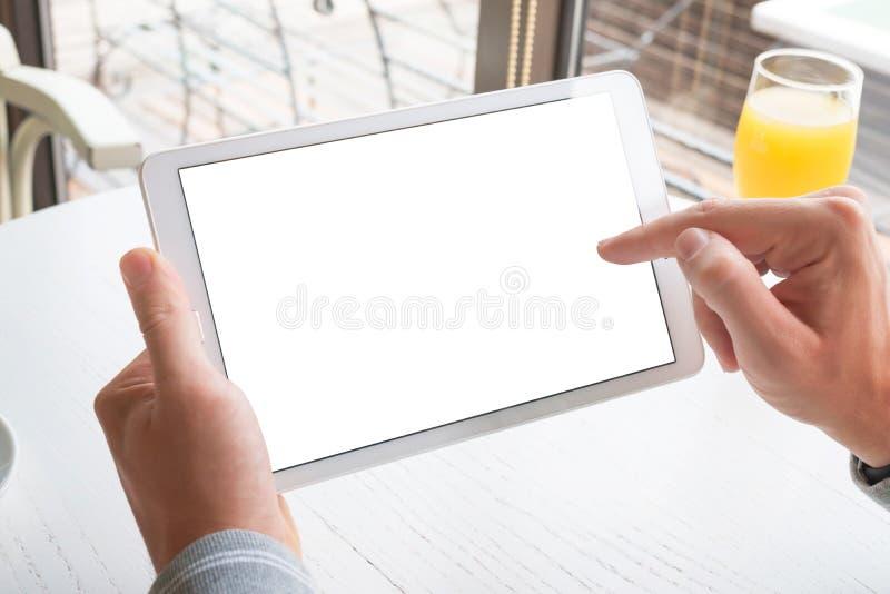 Tableta de tacto con la mano derecha Tableta con la pantalla aislada para la maqueta imagen de archivo libre de regalías