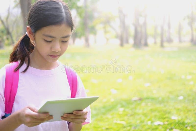 Tableta del uso de la muchacha imagen de archivo libre de regalías