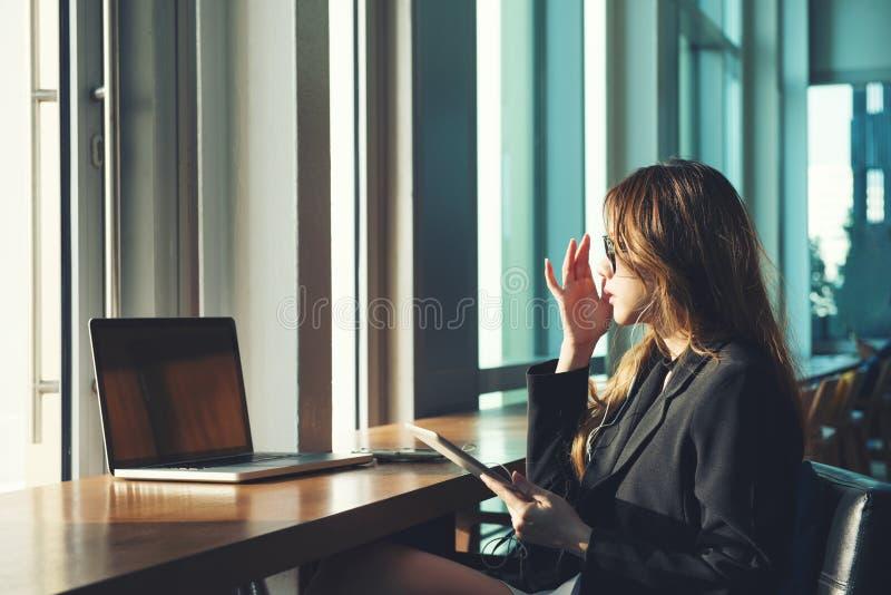 Tableta del uso de las trabajadoras de la belleza y ordenador portátil del ordenador fotografía de archivo libre de regalías