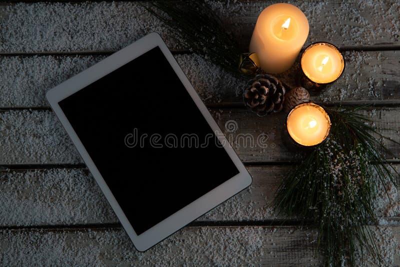 tableta digital con las velas fotografía de archivo libre de regalías