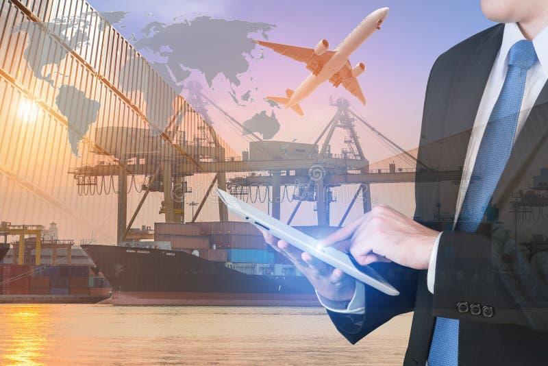 Tableta digital de la prensa del hombre de negocios para mostrar la red global imagenes de archivo