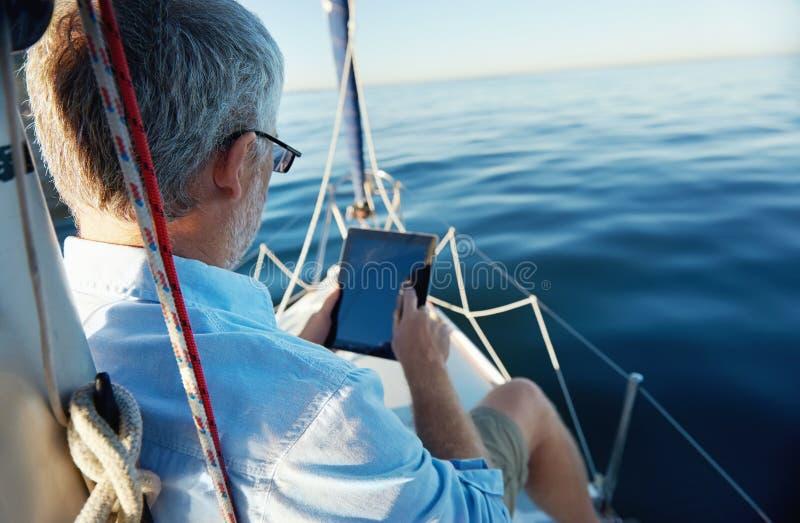 Tableta en el barco imagen de archivo