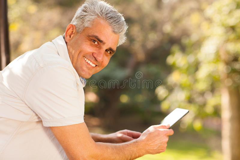 Tableta envejecida centro del hombre imagen de archivo