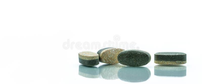 Tableta esencial del doble capa de los suplementos de las vitaminas y de los minerales imágenes de archivo libres de regalías