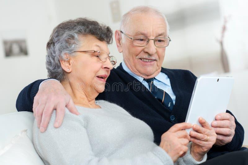 Tableta mayor de la tenencia de los pares foto de archivo libre de regalías