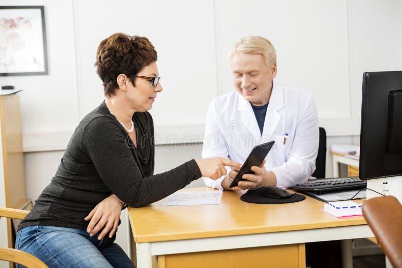 Tableta paciente y masculina del doctor Communicating Over Digital fotografía de archivo libre de regalías