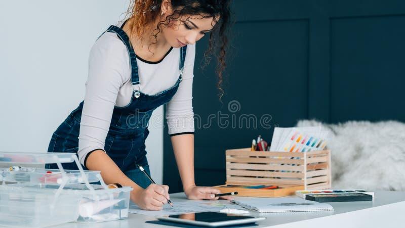 Tableta preceptoral video de dibujo de la señora creativa de la afición foto de archivo