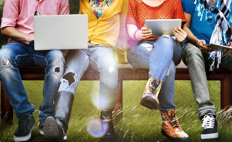 Tableta social del ordenador portátil de la educación de los estudiantes medios imagen de archivo libre de regalías