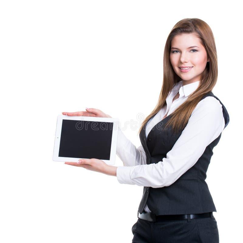 Tableta sonriente joven de la tenencia de la mujer de negocios. fotos de archivo libres de regalías